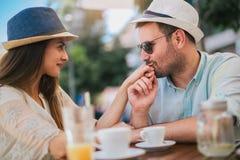 Coppie di amore che si siedono in un caff? che gode nel caff? e nella conversazione immagine stock