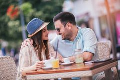 Coppie di amore che si siedono in un caff? che gode nel caff? e nella conversazione fotografia stock libera da diritti