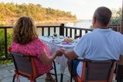 Coppie di amore sul vino bevente di vacanze estive con gli spaghetti sul menu fotografia stock libera da diritti