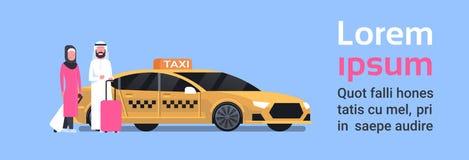 Coppie di Arav dei passeggeri che si siedono in carrozza gialla di servizio di taxi sopra fondo con lo spazio della copia royalty illustrazione gratis