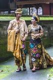 Coppie di balinese in vestiti tradizionali prima del matrimonio fotografia stock