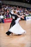 Coppie di ballo da sala, ballanti alla concorrenza Immagini Stock