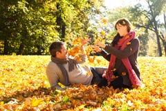 Coppie di caduta di autunno fotografia stock libera da diritti