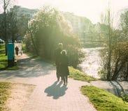 Coppie di camminata dell'attivo della passeggiata delle coppie senior Fotografia Stock Libera da Diritti