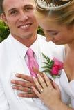 Coppie di cerimonia nuziale con gli anelli fotografie stock libere da diritti