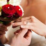 Coppie di cerimonia nuziale con il mazzo e l'anello nuziale Fotografie Stock Libere da Diritti