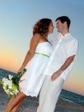Coppie di cerimonia nuziale di spiaggia Fotografia Stock