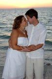 Coppie di cerimonia nuziale di spiaggia fotografia stock libera da diritti