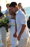 Coppie di cerimonia nuziale di spiaggia sposate appena Immagine Stock Libera da Diritti