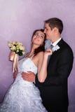 Coppie di cerimonia nuziale Il bacio dello sposo e della sposa e si abbraccia Fotografie Stock