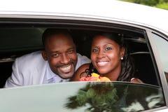 Coppie di cerimonia nuziale in limousine Fotografie Stock