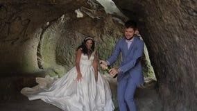 Coppie di cerimonia nuziale Lo sposo apre una bottiglia di champagne Movimento lento archivi video