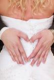 Coppie di cerimonia nuziale Mani maschii che fanno cuore modellare amore Fotografie Stock Libere da Diritti