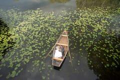 Coppie di cerimonia nuziale nell'amore sulla barca Fotografia Stock Libera da Diritti