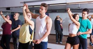 Coppie di dancing che imparano salsa Fotografia Stock Libera da Diritti
