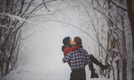 Coppie di divertimento di inverno allegre insieme durante le vacanze invernali immagine stock