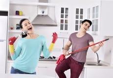 Coppie di felicità dopo la pulizia della casa immagini stock libere da diritti