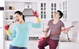 Coppie di felicità dopo la pulizia della casa fotografie stock libere da diritti