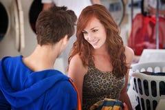 Coppie di flirt della lavanderia automatica fotografie stock libere da diritti