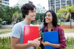 Coppie di flirt dello studente sulla città universitaria Fotografia Stock Libera da Diritti