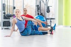 Coppie di forma fisica nell'allenamento della palestra Immagine Stock Libera da Diritti