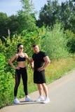 Coppie di forte allenamento dell'uomo e della donna di misura all'aperto Fotografia Stock