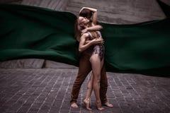 Coppie di giovani ballerini appassionati che eseguono insieme una routine di ballo sulla via Fotografie Stock