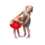 Coppie di giovani bambine che controllano fondo bianco isolato Immagine Stock Libera da Diritti