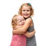 Coppie di giovani bambine che controllano fondo bianco isolato Fotografia Stock