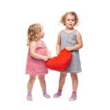 Coppie di giovani bambine che controllano fondo bianco isolato Immagine Stock