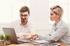 Coppie di giovani soci commerciali che lavorano all'ufficio moderno Immagini Stock Libere da Diritti