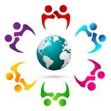 Coppie di lavoro di squadra la gente insieme al logo dell'ombra & del globo fotografie stock libere da diritti
