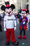 Coppie di Mickey e di Minnie Mouse che camminano intorno a Santiago Bernabeu Stadium alla partita reale diMadrid-Barcellona Fotografia Stock Libera da Diritti