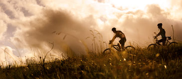 Coppie di Mountainbike all'aperto Fotografia Stock Libera da Diritti