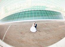 Coppie di nozze con architettura alta tecnologia Fotografia Stock