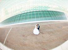Coppie di nozze con architettura alta tecnologia Fotografia Stock Libera da Diritti