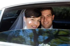 Coppie di nozze in limousine Fotografia Stock