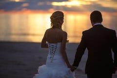 Coppie di nozze nel tramonto fotografie stock libere da diritti
