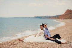Coppie di nozze, sposa e sposo, camminanti sulla a Fotografia Stock Libera da Diritti