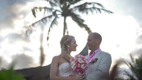 Coppie di nozze sposate appena alle Hawai E archivi video