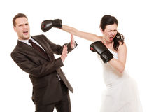 Coppie di nozze. Sposo di pugilato della sposa. Conflitto. Immagine Stock Libera da Diritti
