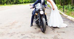 Coppie di nozze sul motociclo fotografie stock libere da diritti