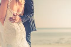 Coppie di nozze sull'allontanarsi della spiaggia Spiaggia sabbiosa bianca calma e romantica per la destinazione di luna di miele  Fotografie Stock