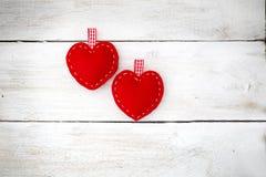 Coppie di Ove Due cuori rossi si trovano sui precedenti di legno bianchi Fotografia Stock Libera da Diritti