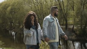 Coppie di passeggiata nel parco di primavera video d archivio