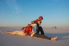 Coppie di risata divertendosi nel deserto immagine stock libera da diritti