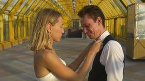Coppie di risata felici della persona appena sposata archivi video
