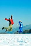 Coppie di salto felici Immagine Stock