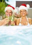 Coppie di Santa di Natale felice in Jacuzzi. Fotografie Stock Libere da Diritti