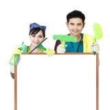 Copyspace della tenuta delle coppie di servizio di pulizia Fotografie Stock